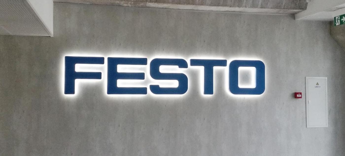 Festo gevelreclame achteruit verlicht